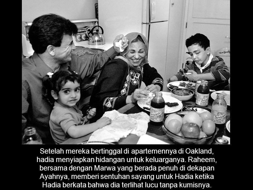 Setelah mereka bertinggal di apartemennya di Oakland, hadia menyiapkan hidangan untuk keluarganya.