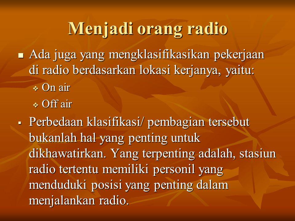 Menjadi orang radio Ada juga yang mengklasifikasikan pekerjaan di radio berdasarkan lokasi kerjanya, yaitu: