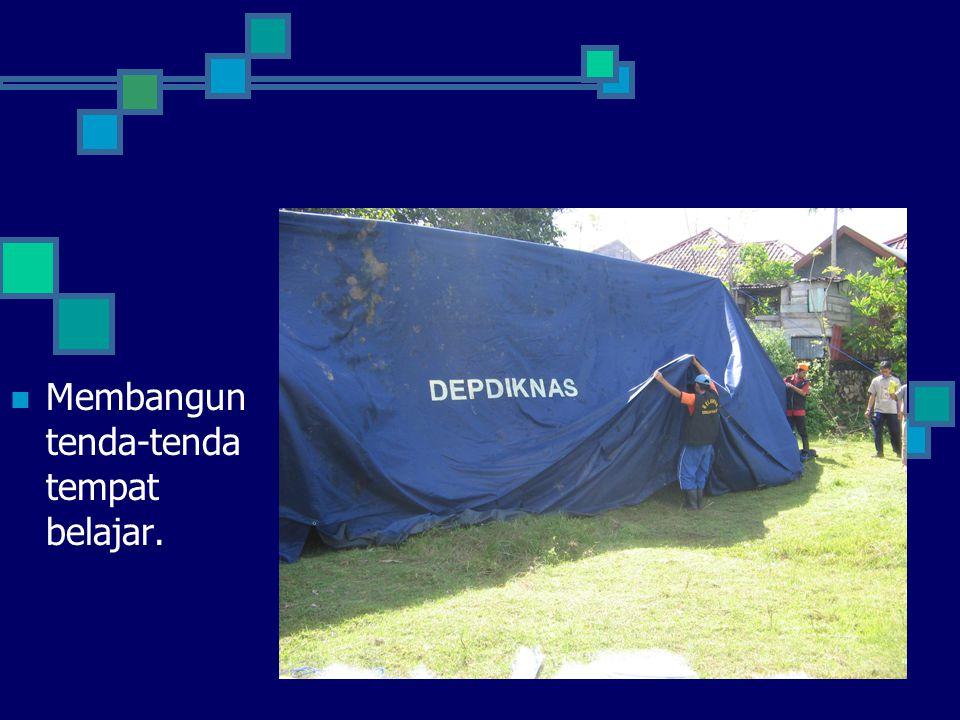 Membangun tenda-tenda tempat belajar.