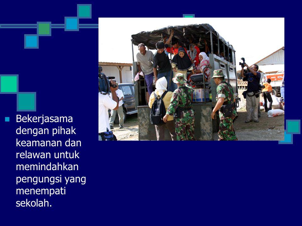 Bekerjasama dengan pihak keamanan dan relawan untuk memindahkan pengungsi yang menempati sekolah.