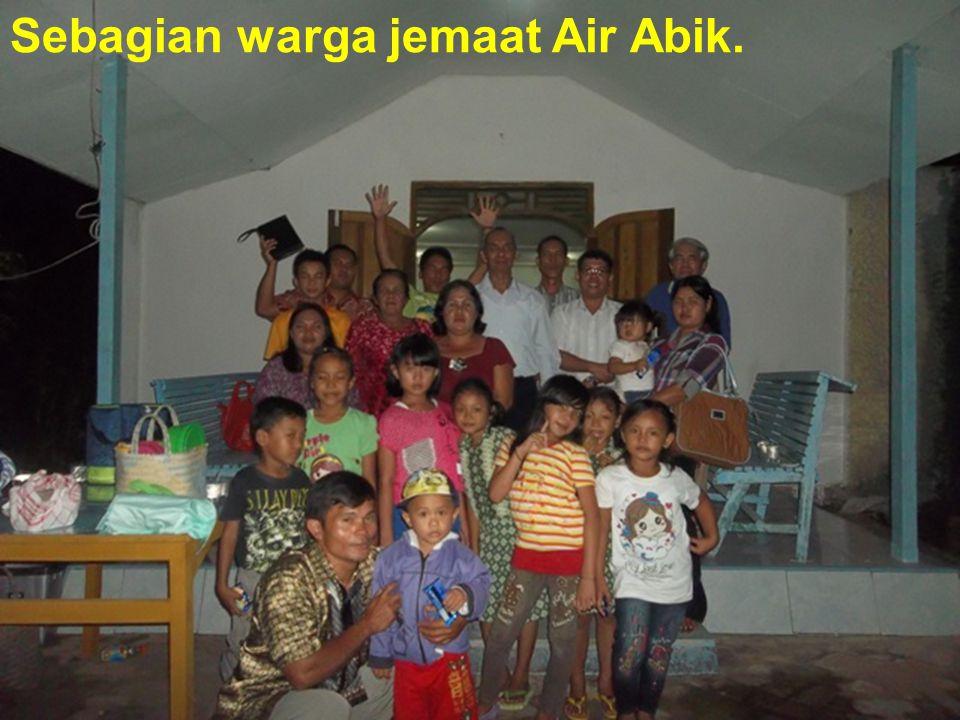 Sebagian warga jemaat Air Abik.