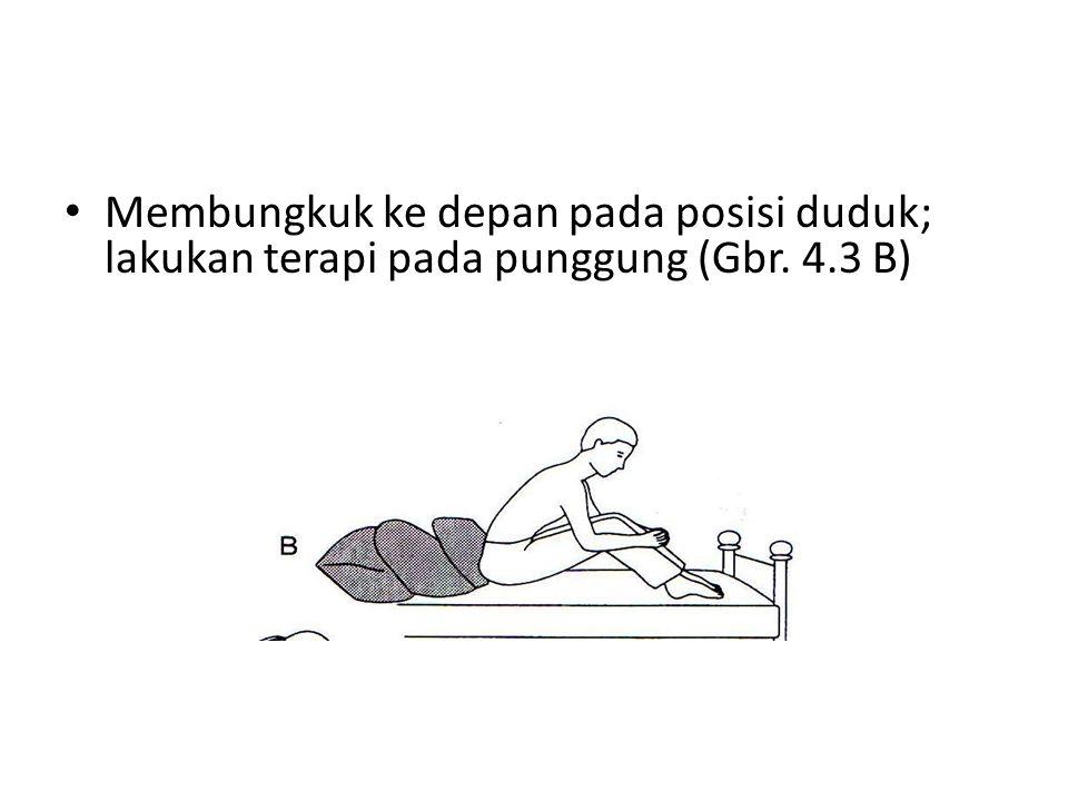 Membungkuk ke depan pada posisi duduk; lakukan terapi pada punggung (Gbr. 4.3 B)
