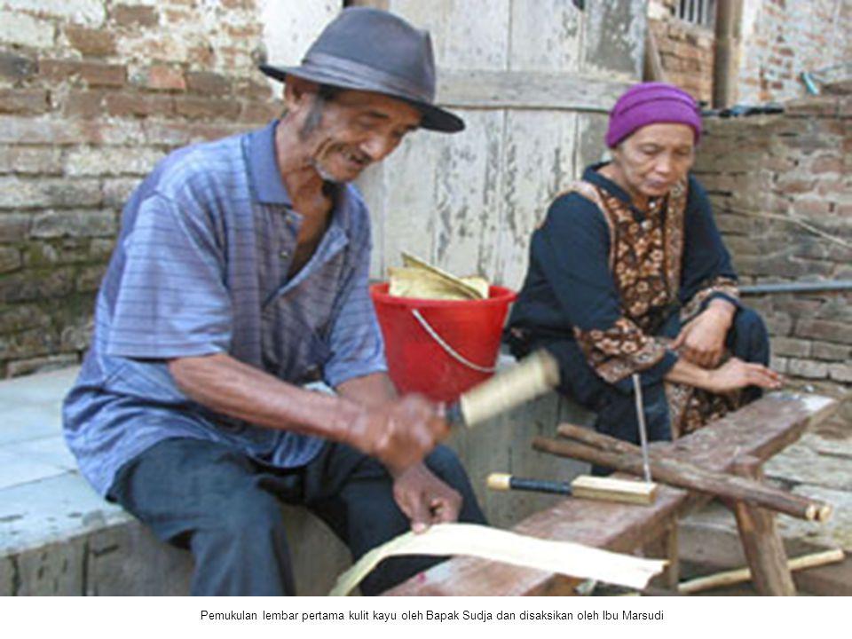 Pemukulan lembar pertama kulit kayu oleh Bapak Sudja dan disaksikan oleh Ibu Marsudi
