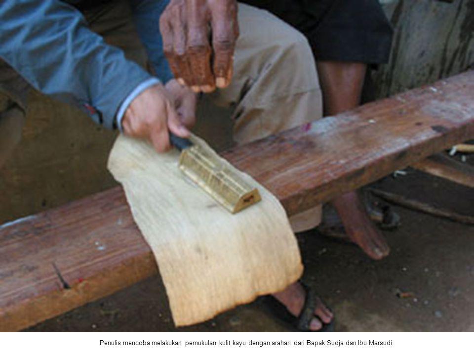Penulis mencoba melakukan pemukulan kulit kayu dengan arahan dari Bapak Sudja dan Ibu Marsudi