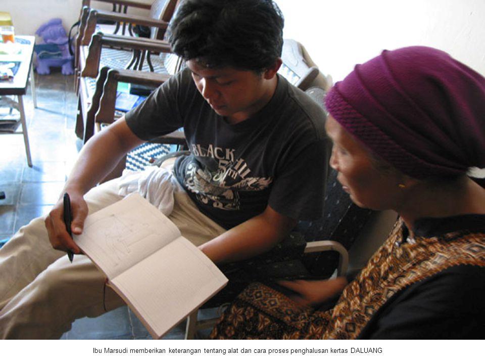 Ibu Marsudi memberikan keterangan tentang alat dan cara proses penghalusan kertas DALUANG