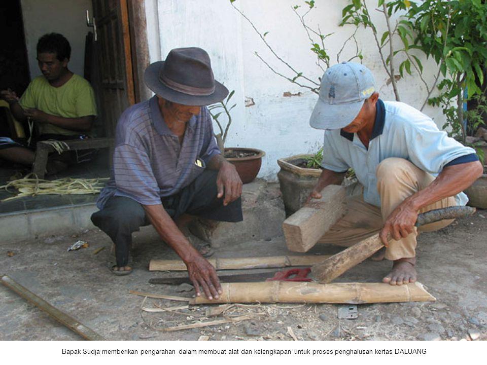 Bapak Sudja memberikan pengarahan dalam membuat alat dan kelengkapan untuk proses penghalusan kertas DALUANG
