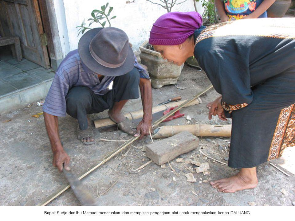 Bapak Sudja dan Ibu Marsudi meneruskan dan merapikan pengerjaan alat untuk menghaluskan kertas DALUANG