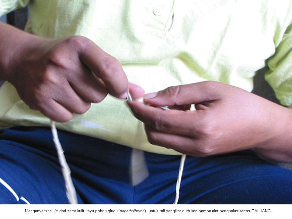 Menganyam tali (= dari serat kulit kayu pohon glugu paperbulberry ) untuk tali pengikat dudukan bambu alat penghalus kertas DALUANG