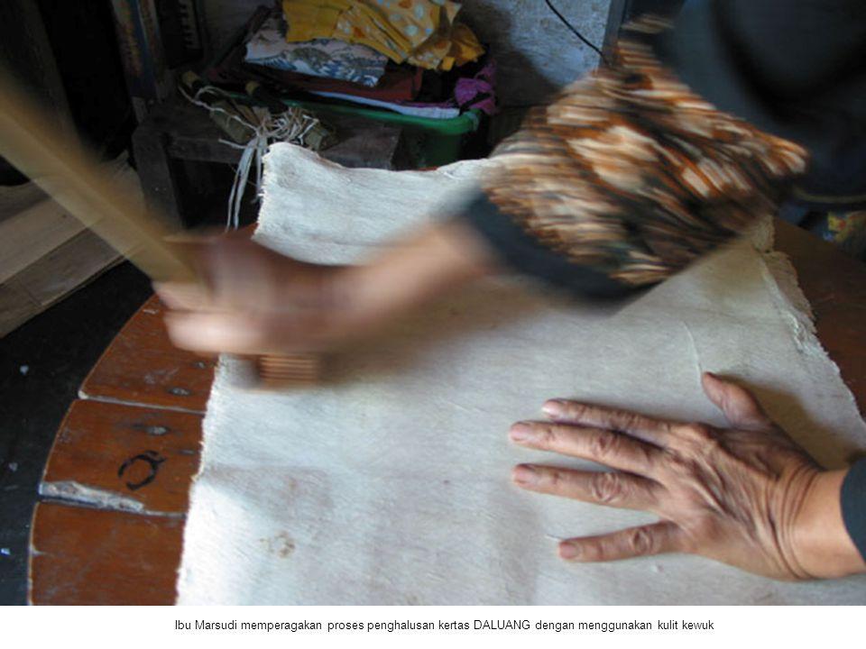 Ibu Marsudi memperagakan proses penghalusan kertas DALUANG dengan menggunakan kulit kewuk