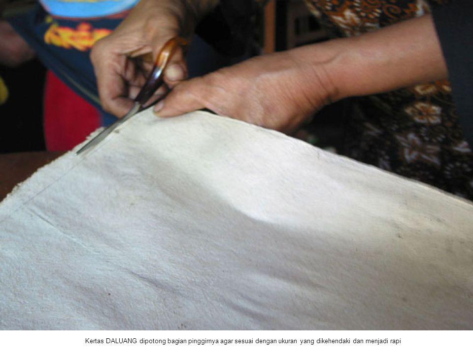 Kertas DALUANG dipotong bagian pinggirnya agar sesuai dengan ukuran yang dikehendaki dan menjadi rapi