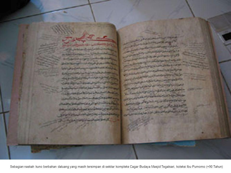 Sebagian naskah kuno berbahan daluang yang masih tersimpan di sekitar kompleks Cagar Budaya Masjid Tegalsari, koleksi Ibu Purnomo (+90 Tahun)