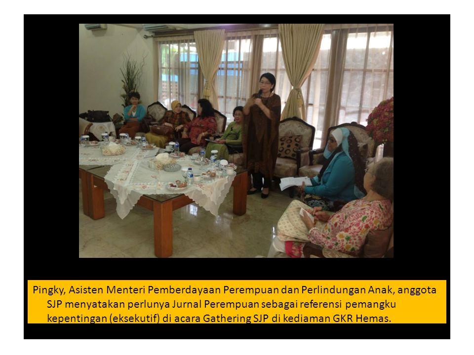 Pingky, Asisten Menteri Pemberdayaan Perempuan dan Perlindungan Anak, anggota SJP menyatakan perlunya Jurnal Perempuan sebagai referensi pemangku kepentingan (eksekutif) di acara Gathering SJP di kediaman GKR Hemas.