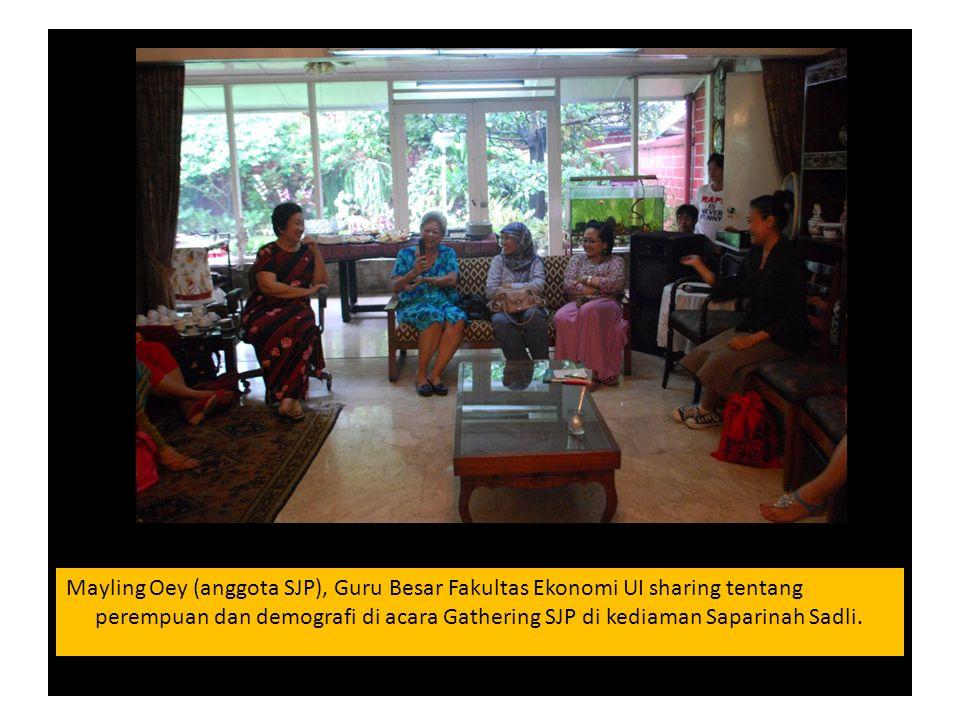 Mayling Oey (anggota SJP), Guru Besar Fakultas Ekonomi UI sharing tentang perempuan dan demografi di acara Gathering SJP di kediaman Saparinah Sadli.