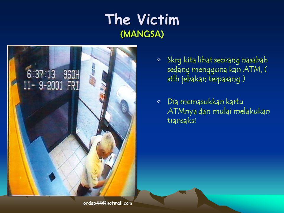 The Victim (MANGSA) Skrg kita lihat seorang nasabah sedang mengguna kan ATM, ( stlh jebakan terpasang.)