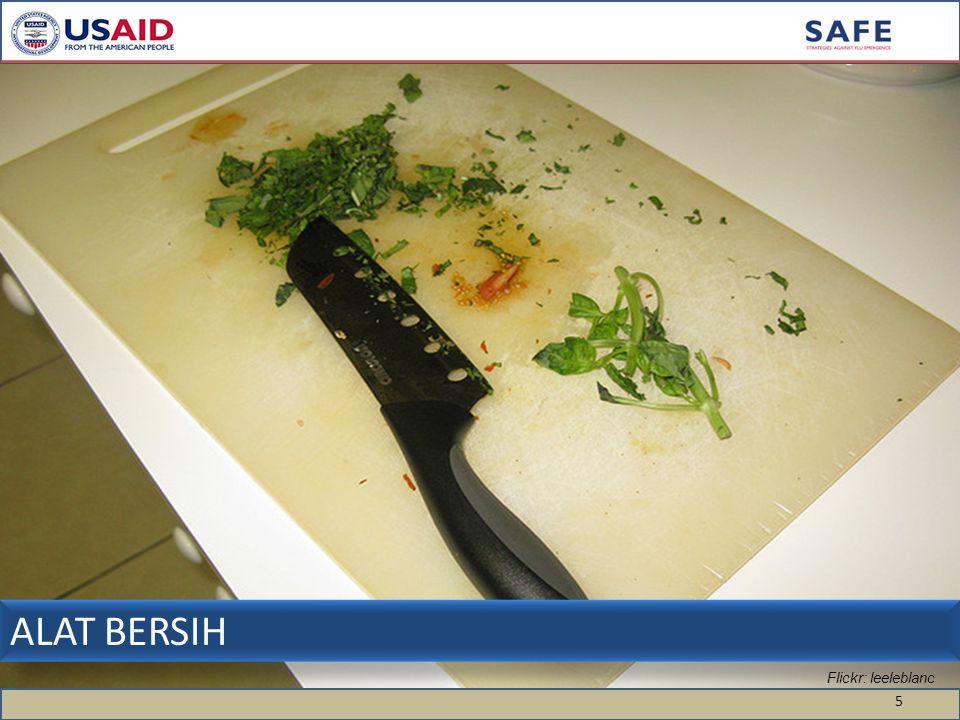 ALAT BERSIH: Cek kebersihan pisau dan talenan