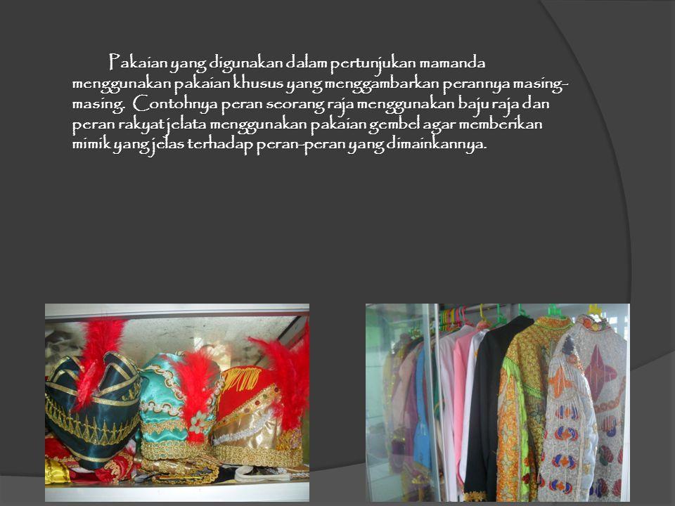 Pakaian yang digunakan dalam pertunjukan mamanda menggunakan pakaian khusus yang menggambarkan perannya masing-masing.