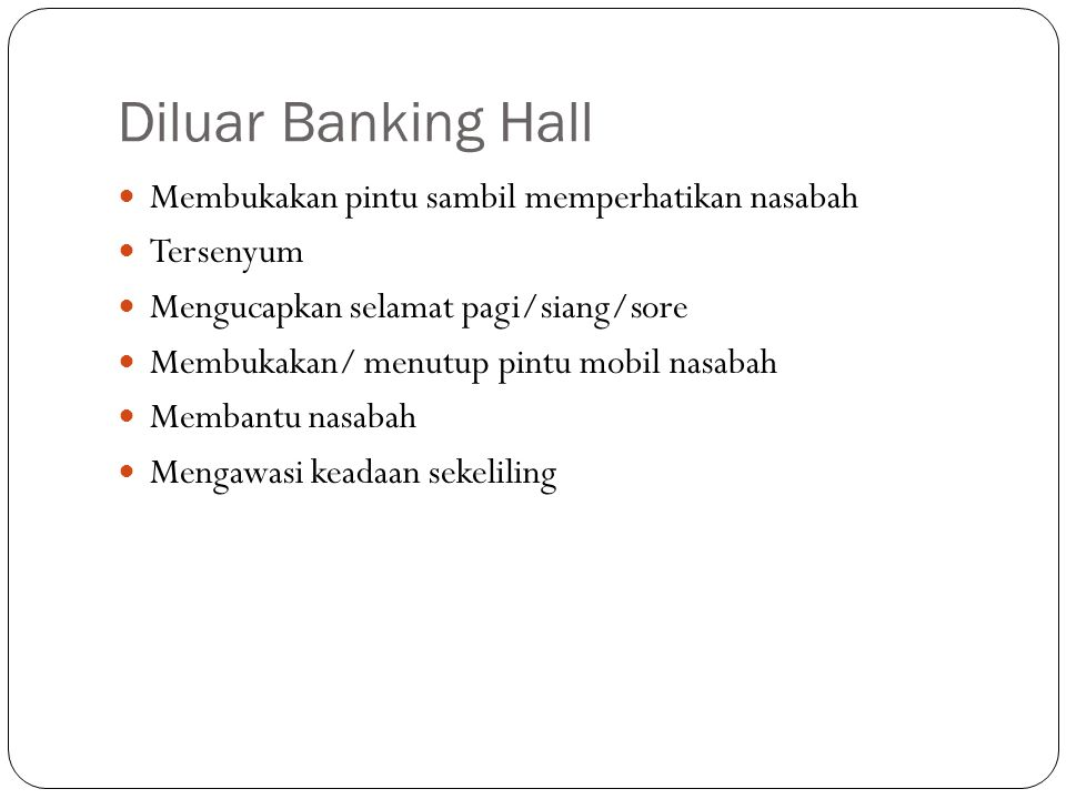 Diluar Banking Hall Membukakan pintu sambil memperhatikan nasabah