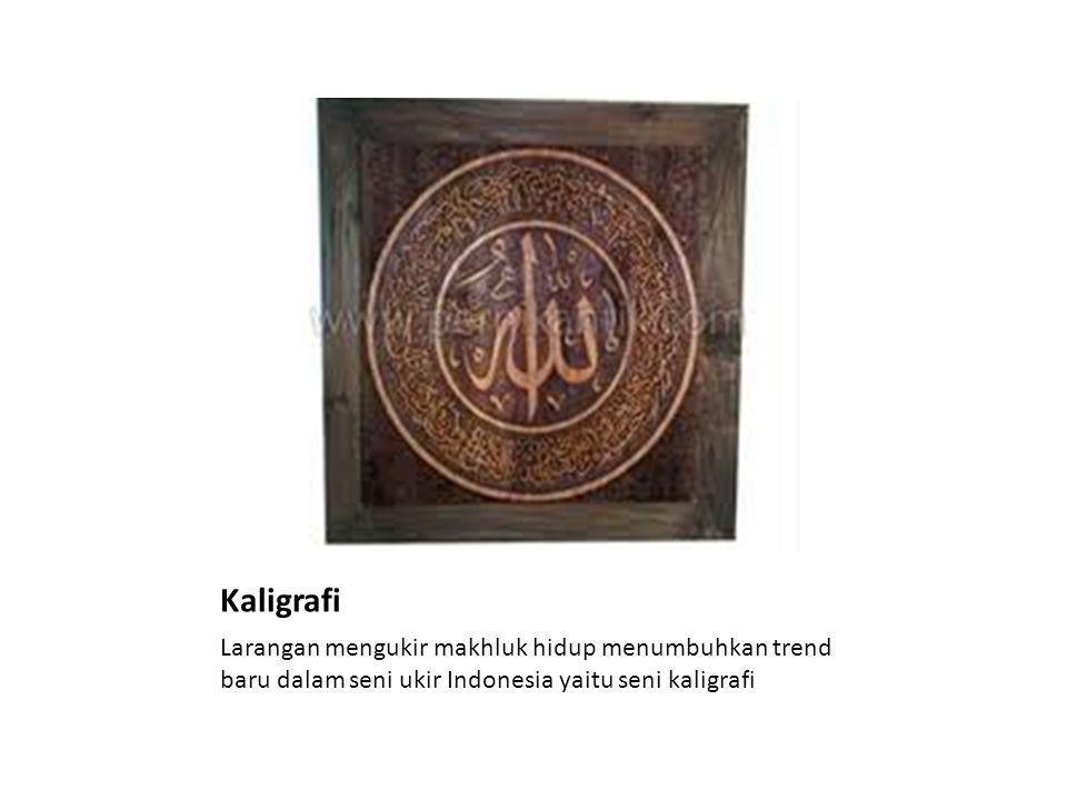 Kaligrafi Larangan mengukir makhluk hidup menumbuhkan trend baru dalam seni ukir Indonesia yaitu seni kaligrafi.