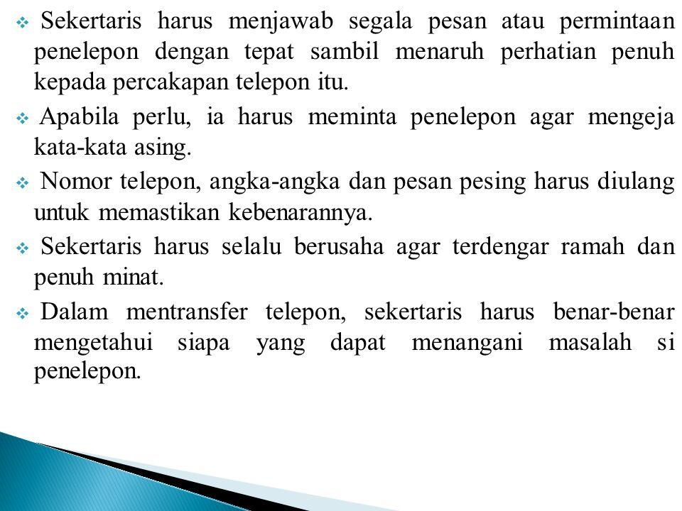 Sekertaris harus menjawab segala pesan atau permintaan penelepon dengan tepat sambil menaruh perhatian penuh kepada percakapan telepon itu.