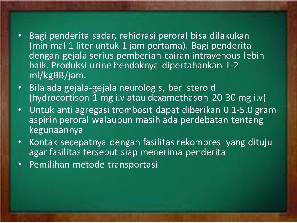 Bagi penderita sadar, rehidrasi peroral bisa dilakukan (minimal 1 liter untuk 1 jam pertama). Bagi penderita dengan gejala serius pemberian cairan intravenous lebih baik. Produksi urine hendaknya dipertahankan 1-2 ml/kgBB/jam.