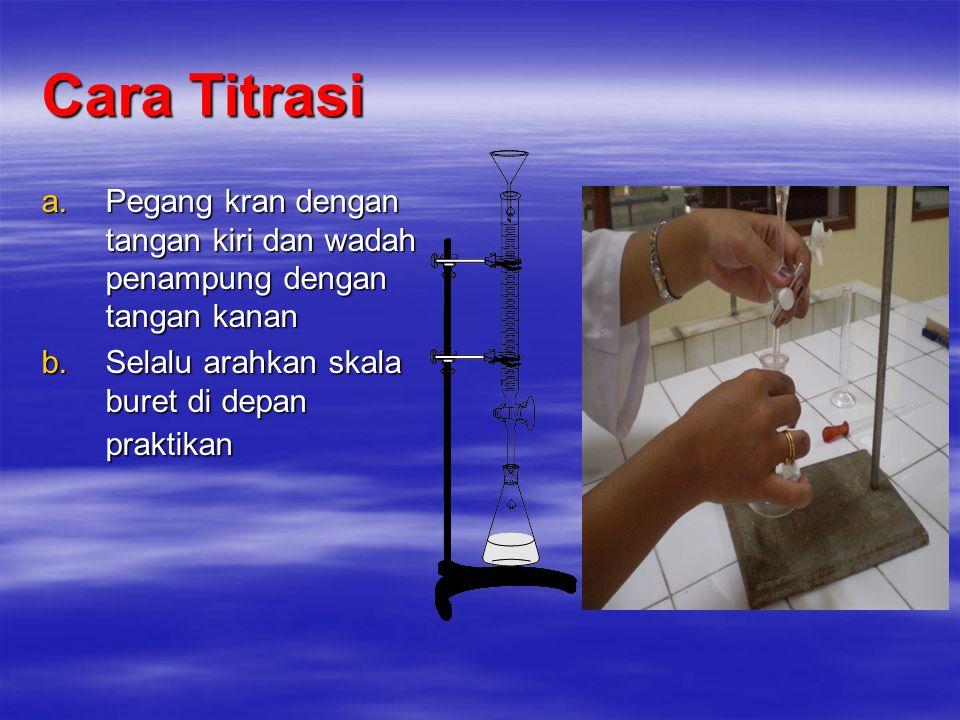 Cara Titrasi Pegang kran dengan tangan kiri dan wadah penampung dengan tangan kanan.