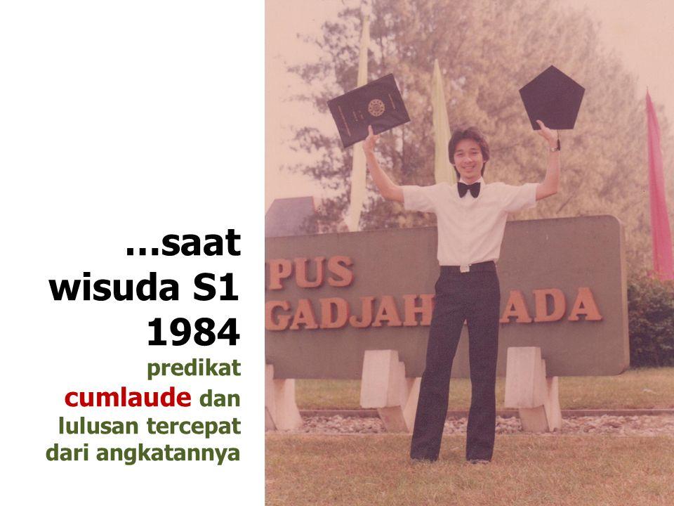 …saat wisuda S1 1984 predikat cumlaude dan lulusan tercepat dari angkatannya