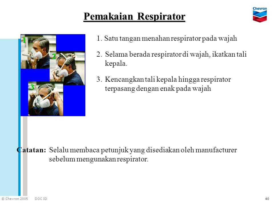 Pemakaian Respirator 1. Satu tangan menahan respirator pada wajah