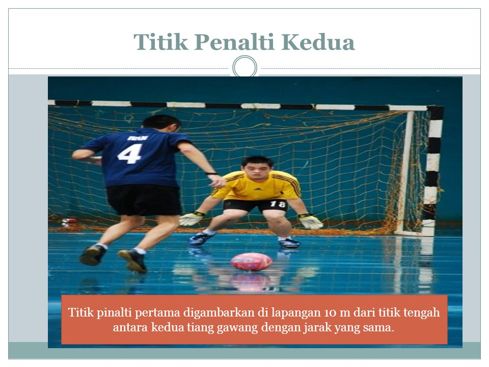 Titik Penalti Kedua Titik pinalti pertama digambarkan di lapangan 10 m dari titik tengah antara kedua tiang gawang dengan jarak yang sama.