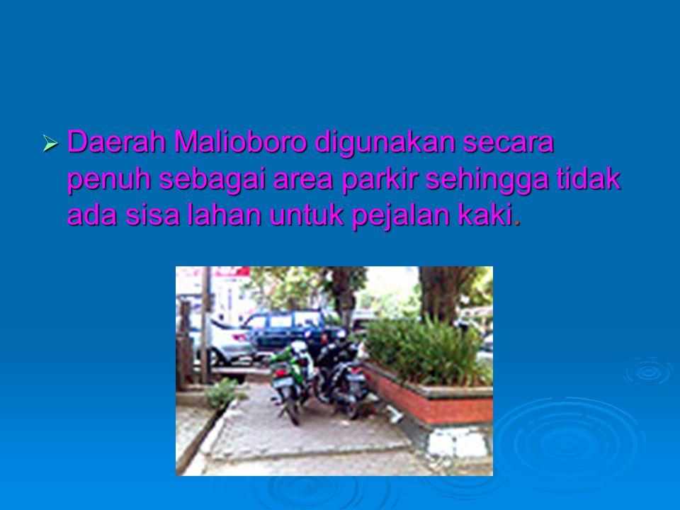 Daerah Malioboro digunakan secara penuh sebagai area parkir sehingga tidak ada sisa lahan untuk pejalan kaki.