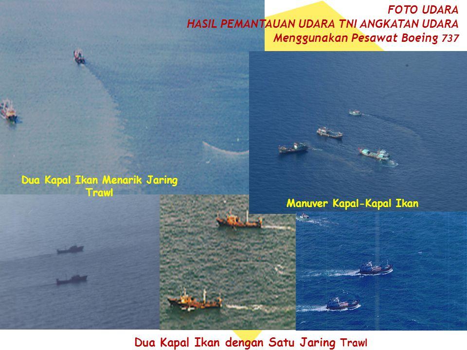 Dua Kapal Ikan Menarik Jaring Trawl Manuver Kapal-Kapal Ikan
