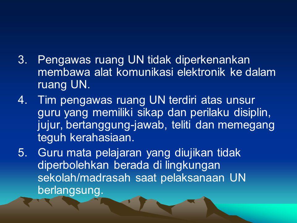 Pengawas ruang UN tidak diperkenankan membawa alat komunikasi elektronik ke dalam ruang UN.