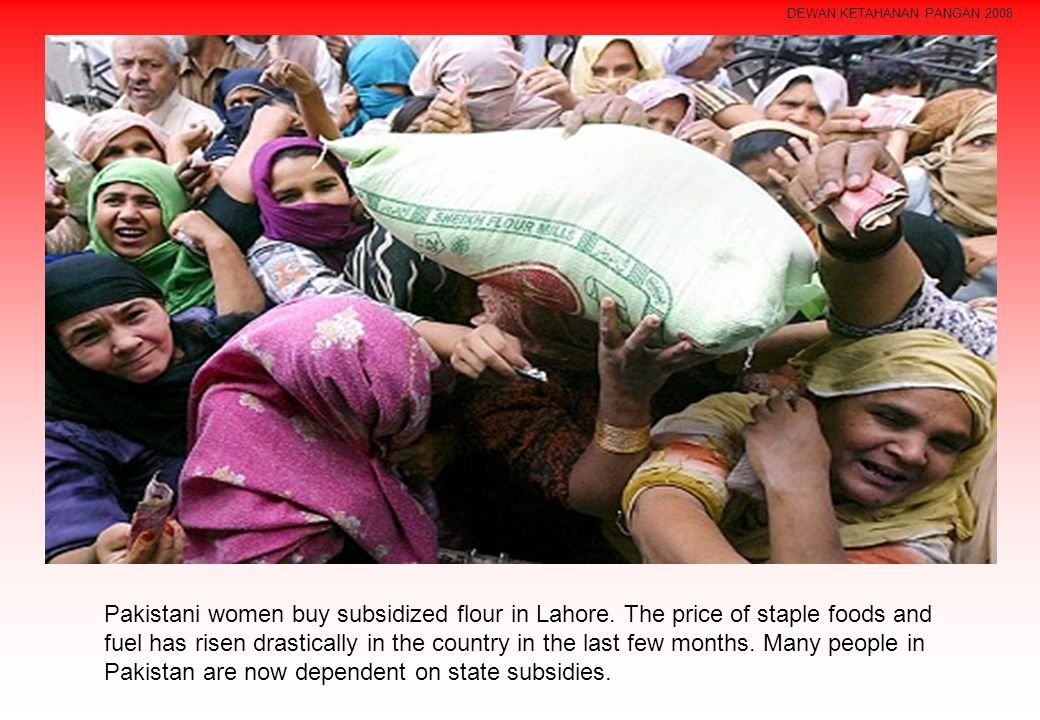 Pakistani women buy subsidized flour in Lahore