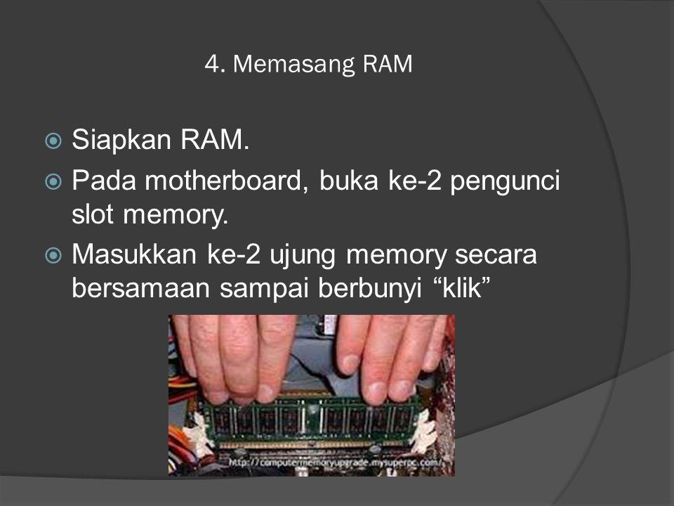 Pada motherboard, buka ke-2 pengunci slot memory.