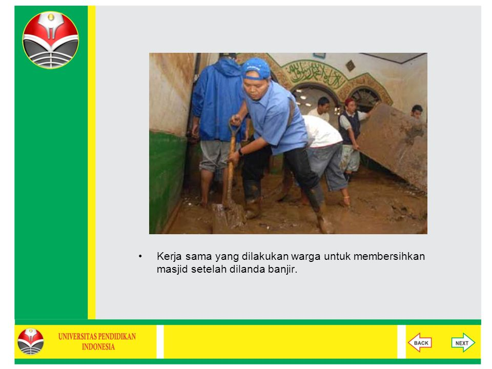 Kerja sama yang dilakukan warga untuk membersihkan masjid setelah dilanda banjir.