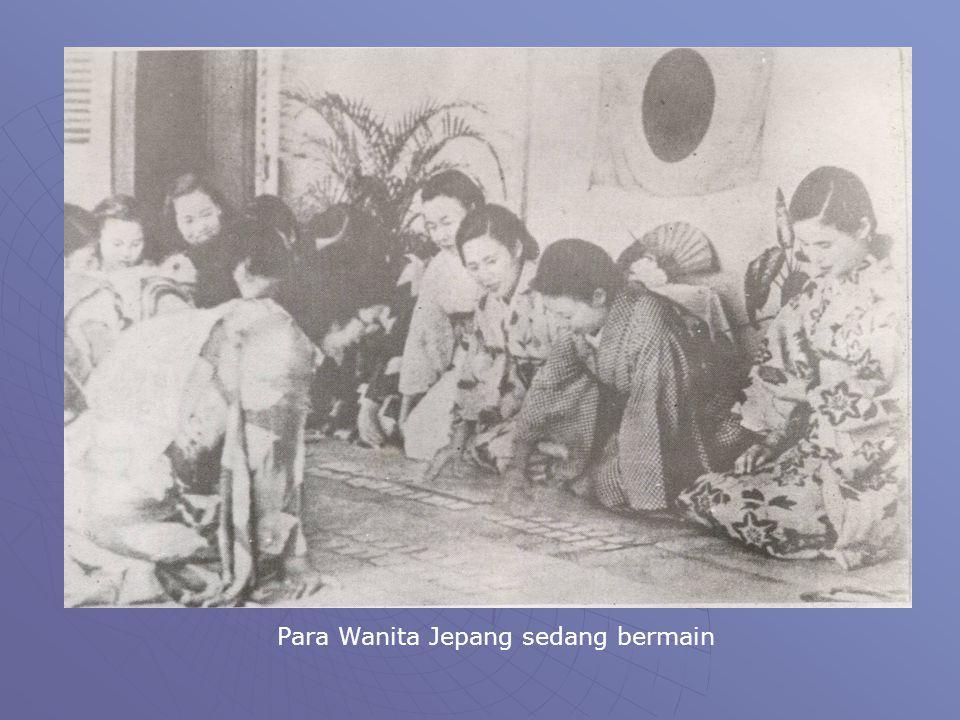 Para Wanita Jepang sedang bermain