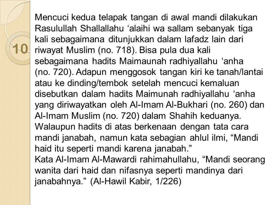 Mencuci kedua telapak tangan di awal mandi dilakukan Rasulullah Shallallahu 'alaihi wa sallam sebanyak tiga kali sebagaimana ditunjukkan dalam lafadz lain dari riwayat Muslim (no. 718). Bisa pula dua kali sebagaimana hadits Maimaunah radhiyallahu 'anha