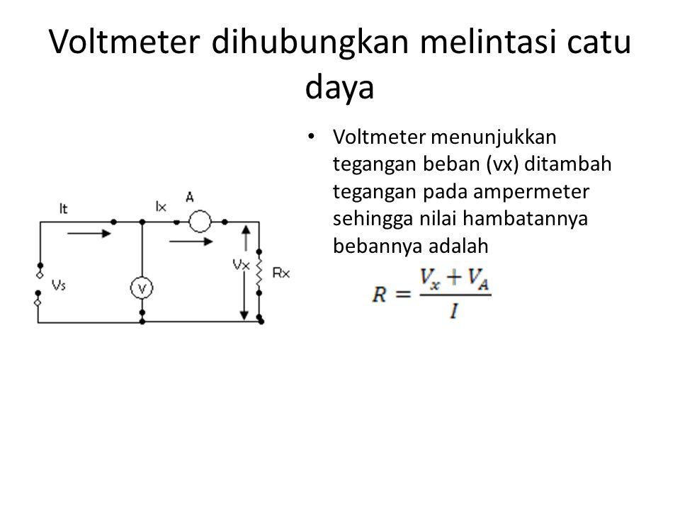 Voltmeter dihubungkan melintasi catu daya