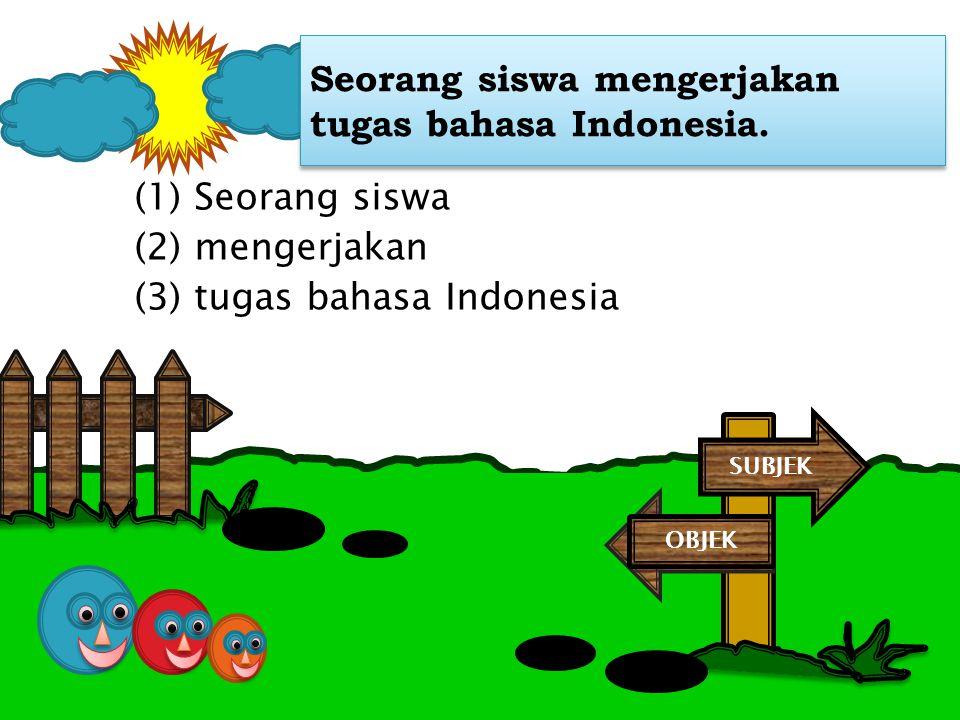 Seorang siswa mengerjakan tugas bahasa Indonesia.