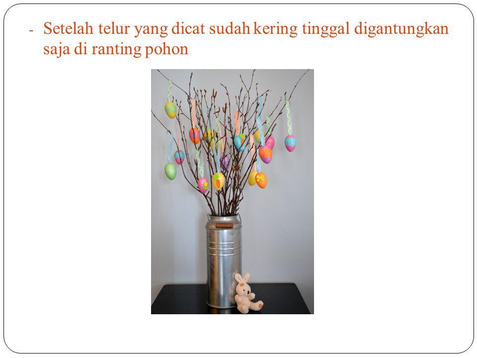 Setelah telur yang dicat sudah kering tinggal digantungkan saja di ranting pohon