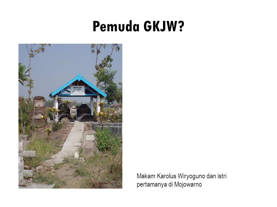 Pemuda GKJW Makam Karolus Wiryoguno dan istri pertamanya di Mojowarno