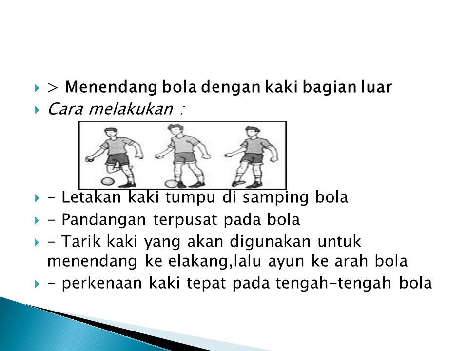 > Menendang bola dengan kaki bagian luar