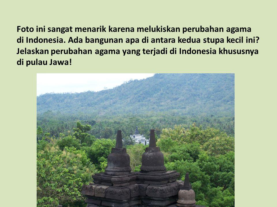 Foto ini sangat menarik karena melukiskan perubahan agama di Indonesia