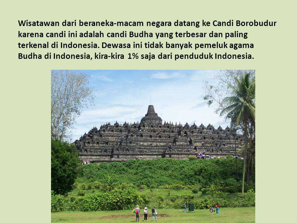 Wisatawan dari beraneka-macam negara datang ke Candi Borobudur karena candi ini adalah candi Budha yang terbesar dan paling terkenal di Indonesia.