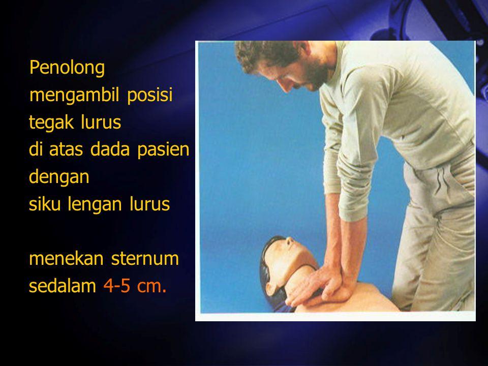 mengambil posisi tegak lurus di atas dada pasien dengan