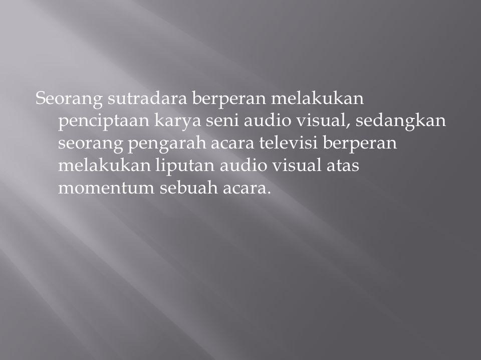 Seorang sutradara berperan melakukan penciptaan karya seni audio visual, sedangkan seorang pengarah acara televisi berperan melakukan liputan audio visual atas momentum sebuah acara.
