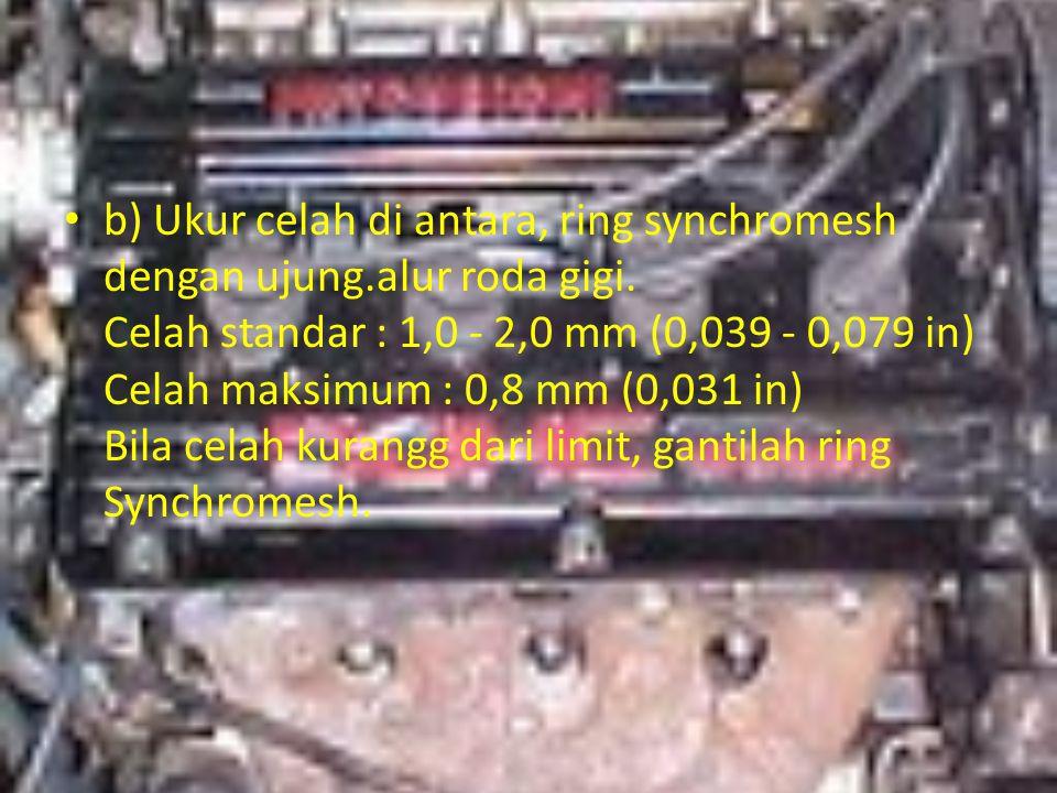 b) Ukur celah di antara, ring synchromesh dengan ujung. alur roda gigi