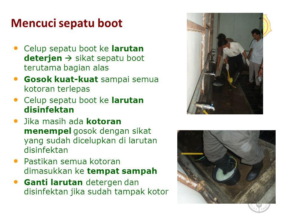 Mencuci sepatu boot Celup sepatu boot ke larutan deterjen  sikat sepatu boot terutama bagian alas.