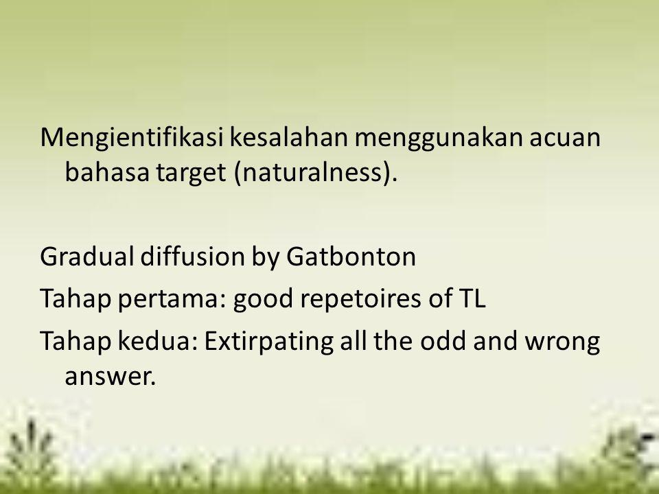Mengientifikasi kesalahan menggunakan acuan bahasa target (naturalness).