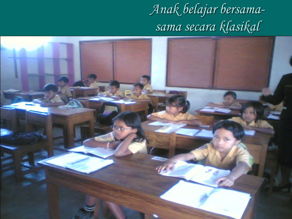 Anak belajar bersama-sama secara klasikal