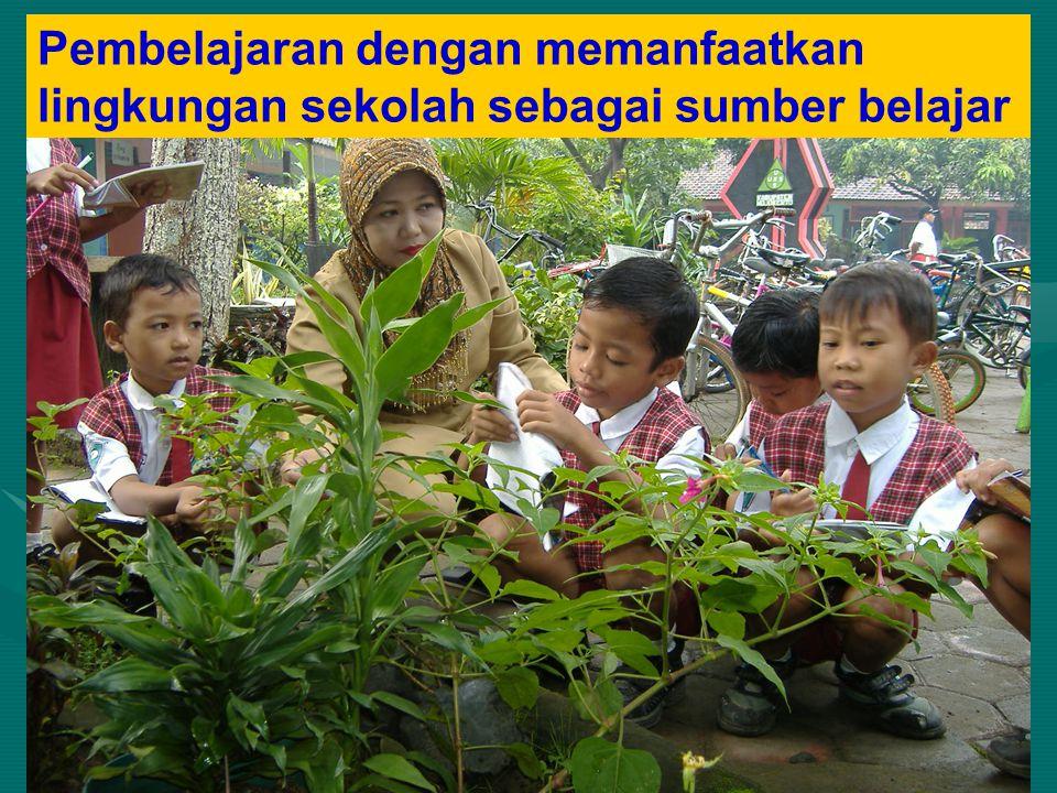 Pembelajaran dengan memanfaatkan lingkungan sekolah sebagai sumber belajar